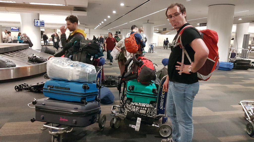 Alex avec tous les bagages fraîchement récupérés à l'aéroport de San Francisco.