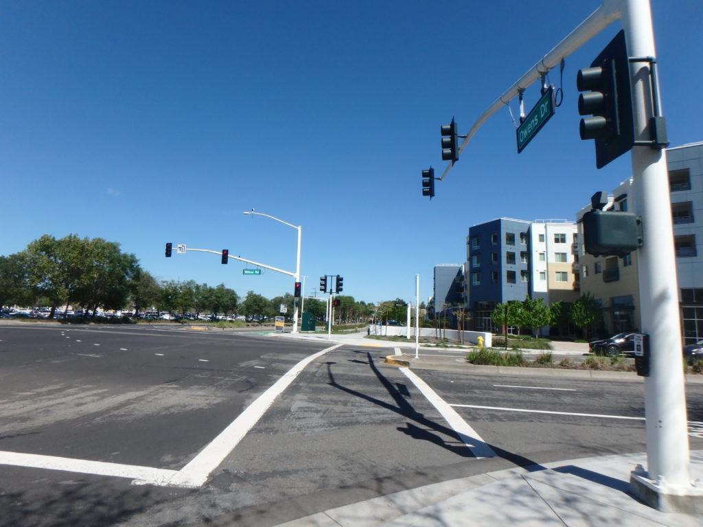 """conduire en Californie : Un carrefour """"type"""". Avec le couloir pour les piétons."""