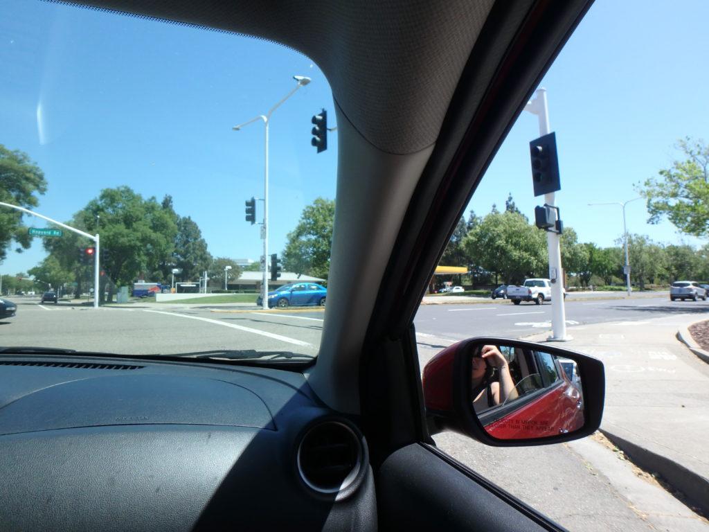 conduire en Californie :On peut tourner à droite aux carrefours même si le feu est rouge. Après avoir marqué un STOP de (normalement) 3 sec.