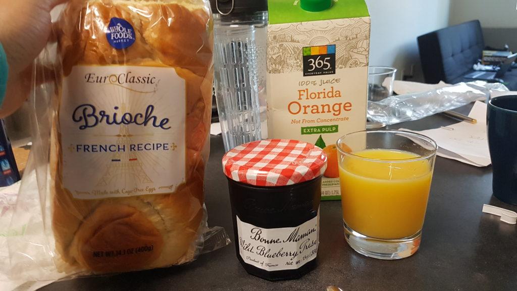 petit déjeuner avec des produits achetés au wholefood