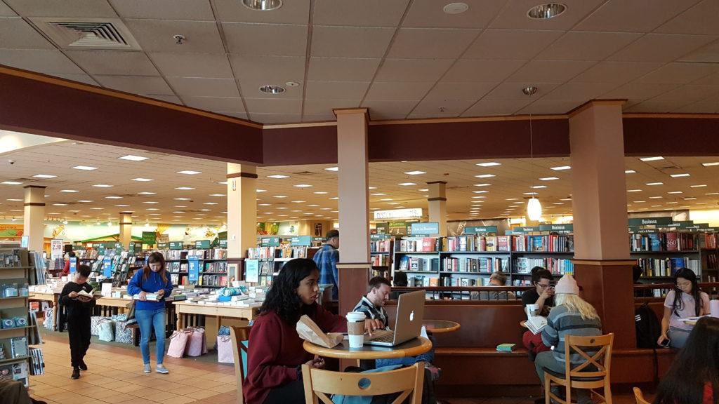 """Vue sur la partie librairie depuis le coin """"coffee shop""""."""