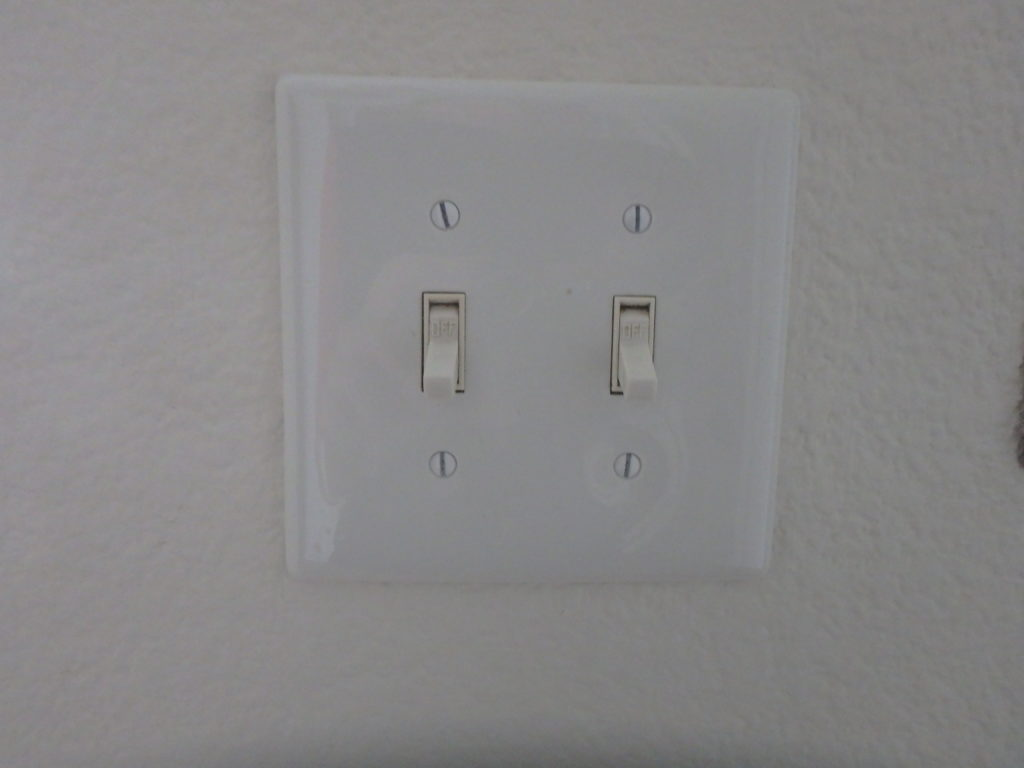 ces interrupteurs, on les croirait sortis d'un vieux film en noir et blanc des années anciennes