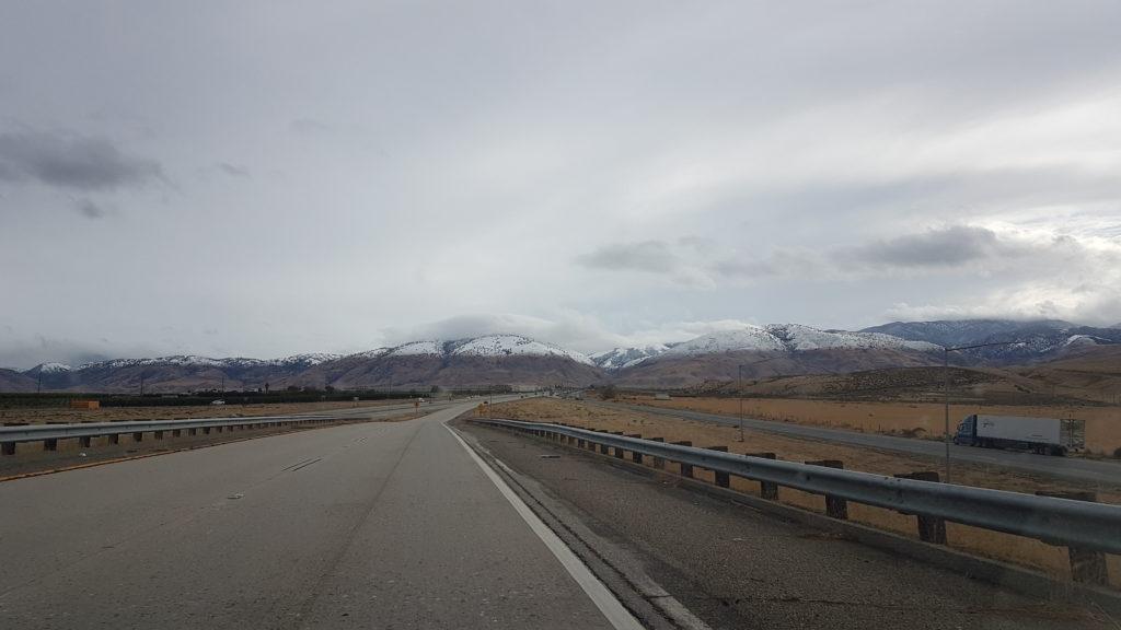 montages au loin avec la neige