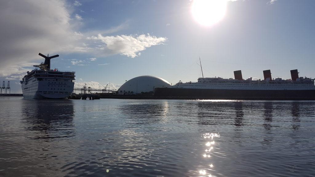 le Queen Mary et un navire de croisière