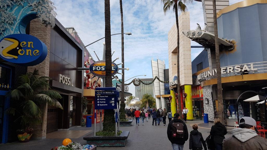 zone commerciale devant l'entrée du parc