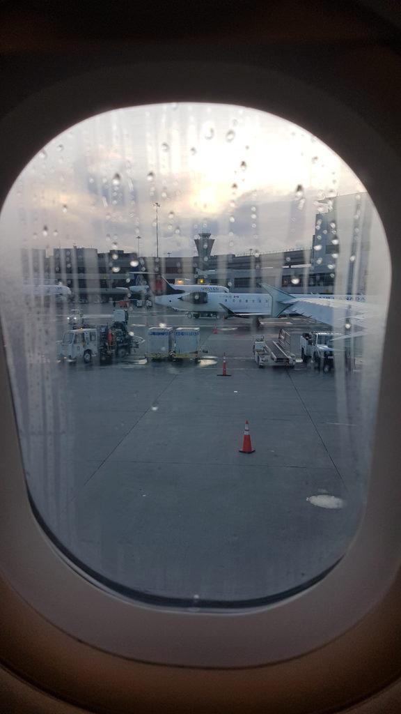 vue de l'aéroport depuis le hublot de l'avion