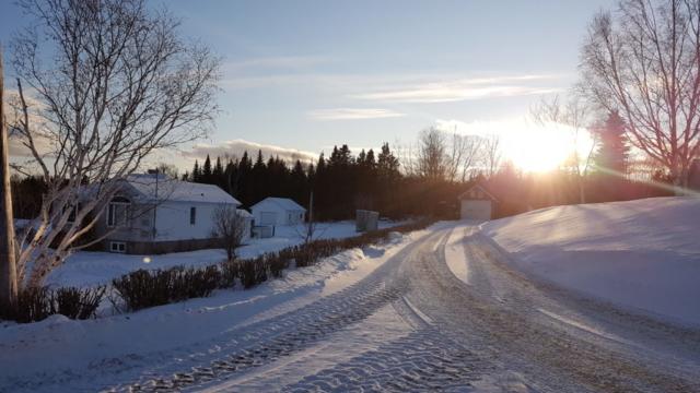route enneigée coucher de soleil