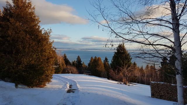 chemin enneigé vue sur le St Laurent