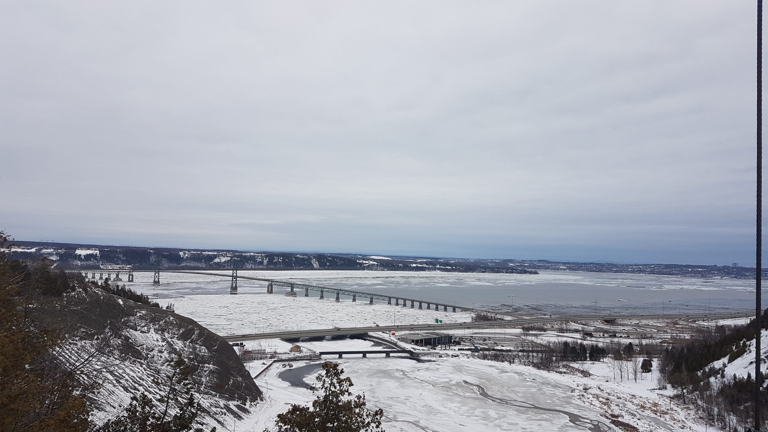 chutes de Montmorency vue puis le pont au dessus barrière