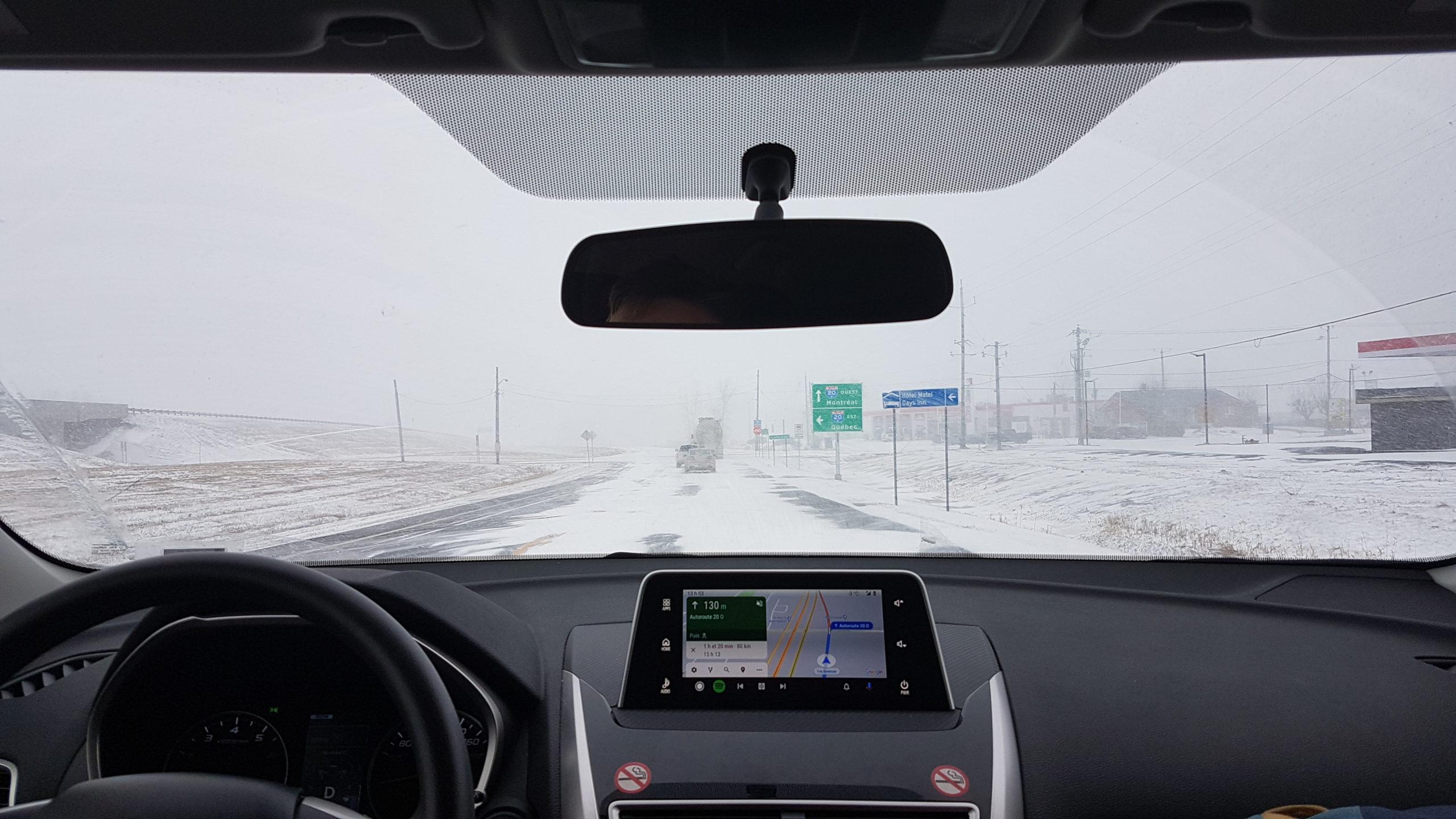 Route pour l'aire de repos, sous la neige.