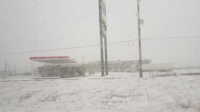 Aire de repos nous la neige.