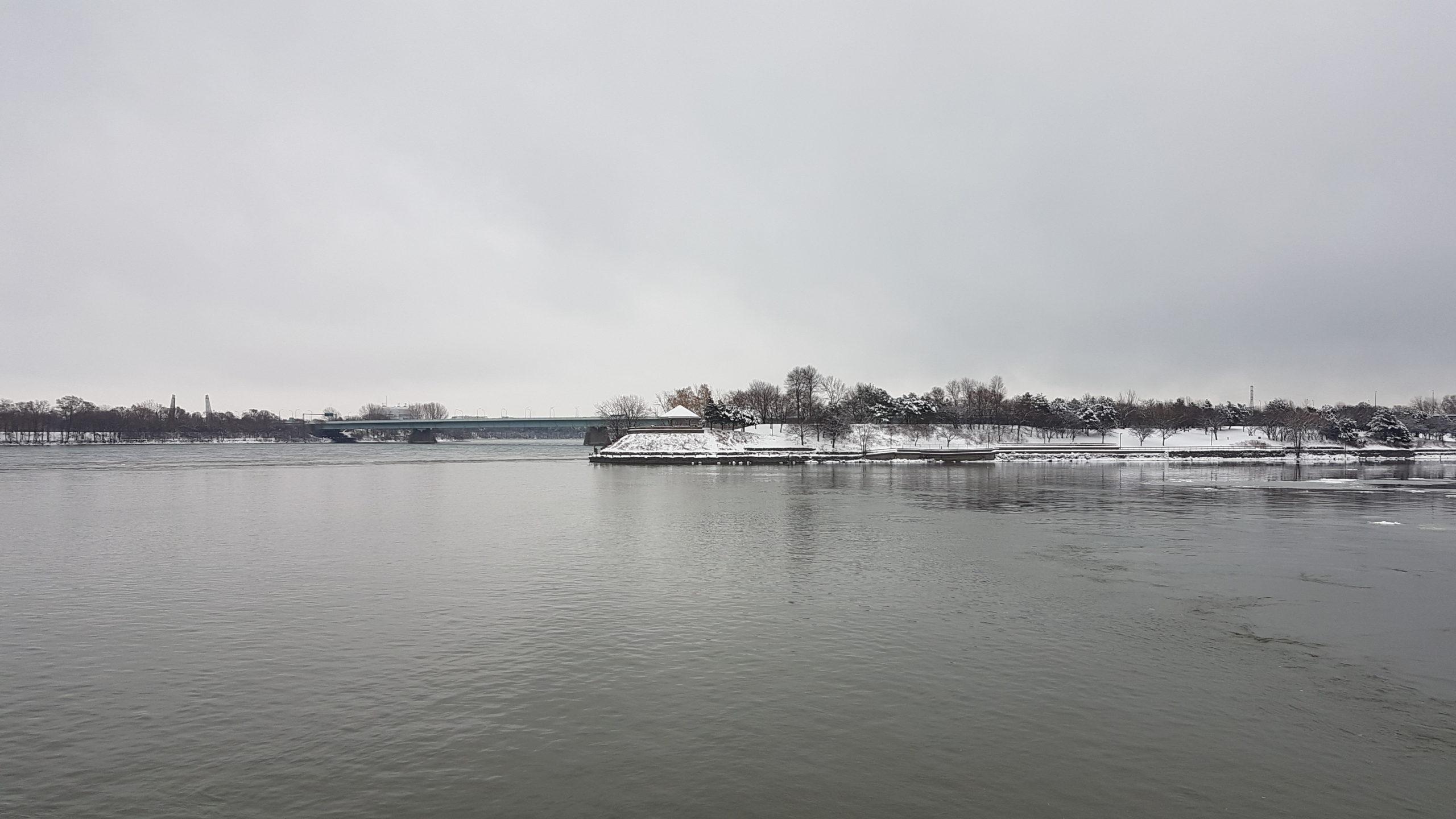 Vue sur le St Laurent depuis le vieux port de Montréal.