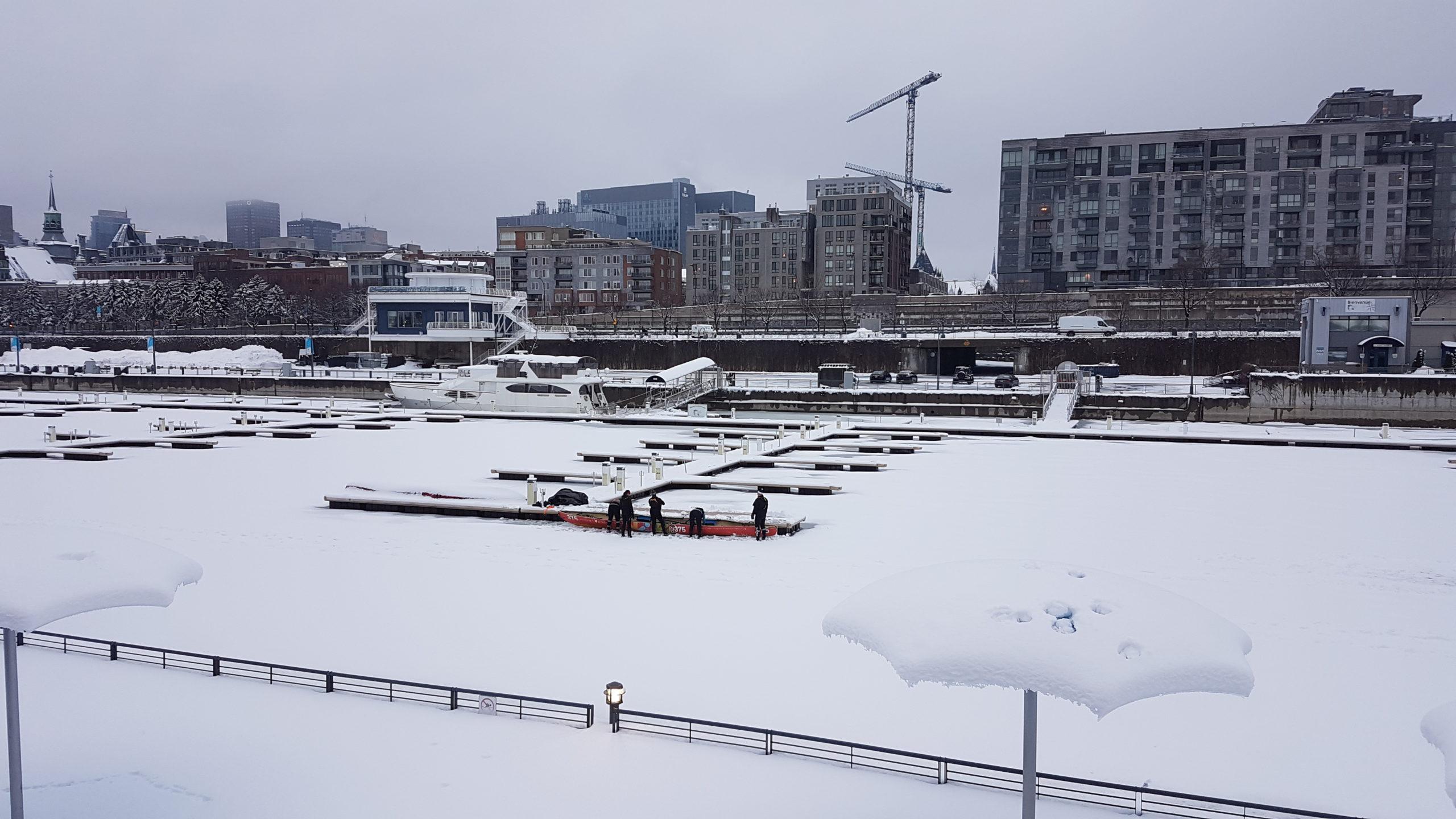 Ah non le port n'est pas totalement déserté : une (nouvelle?) discipline qui consiste à pousser à plusieurs une sorte d'aviron sur la glace avant de retourner sur l'eau...