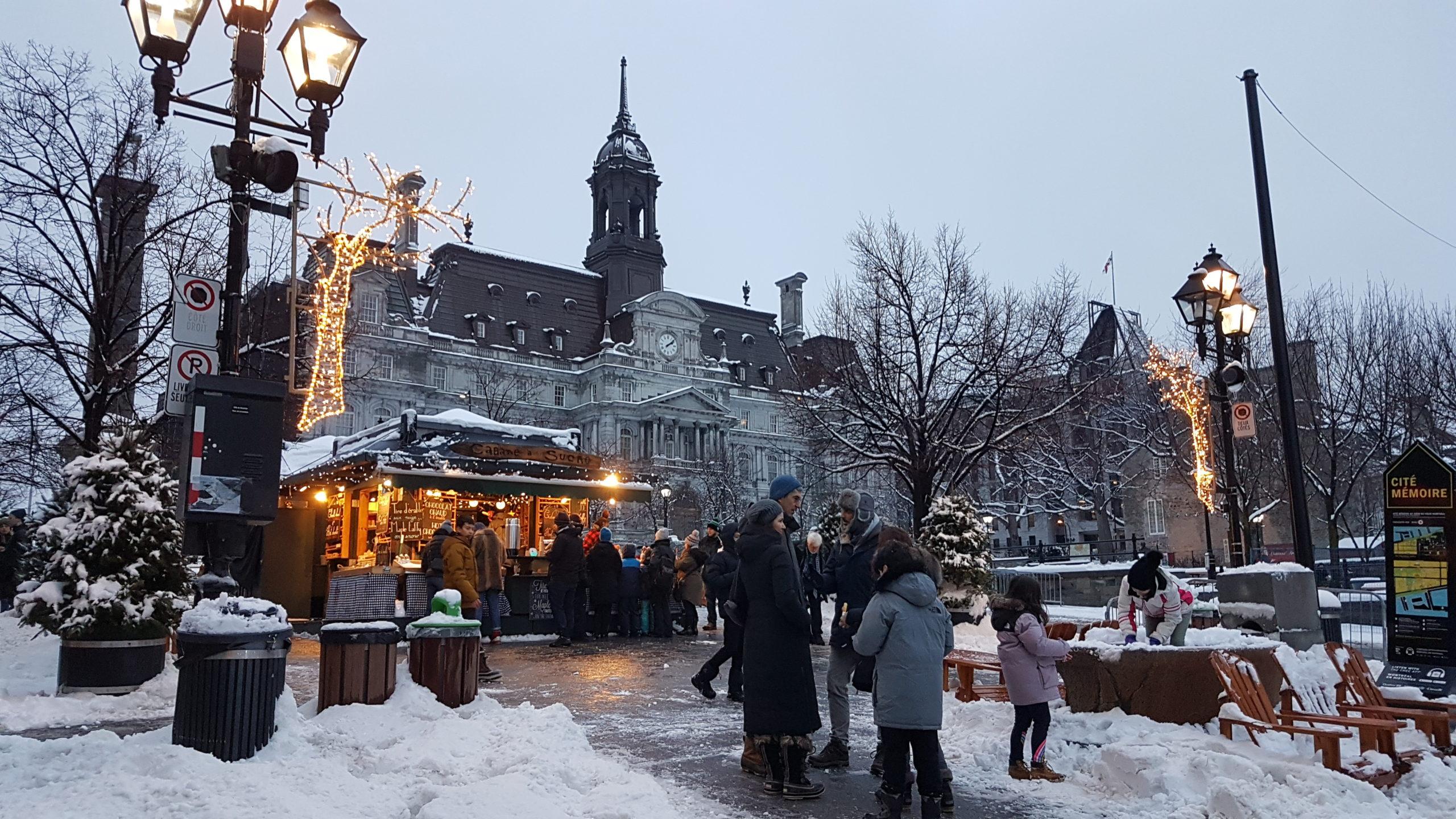Nous passons devant un mini marché de Noël proche du Vieux port.