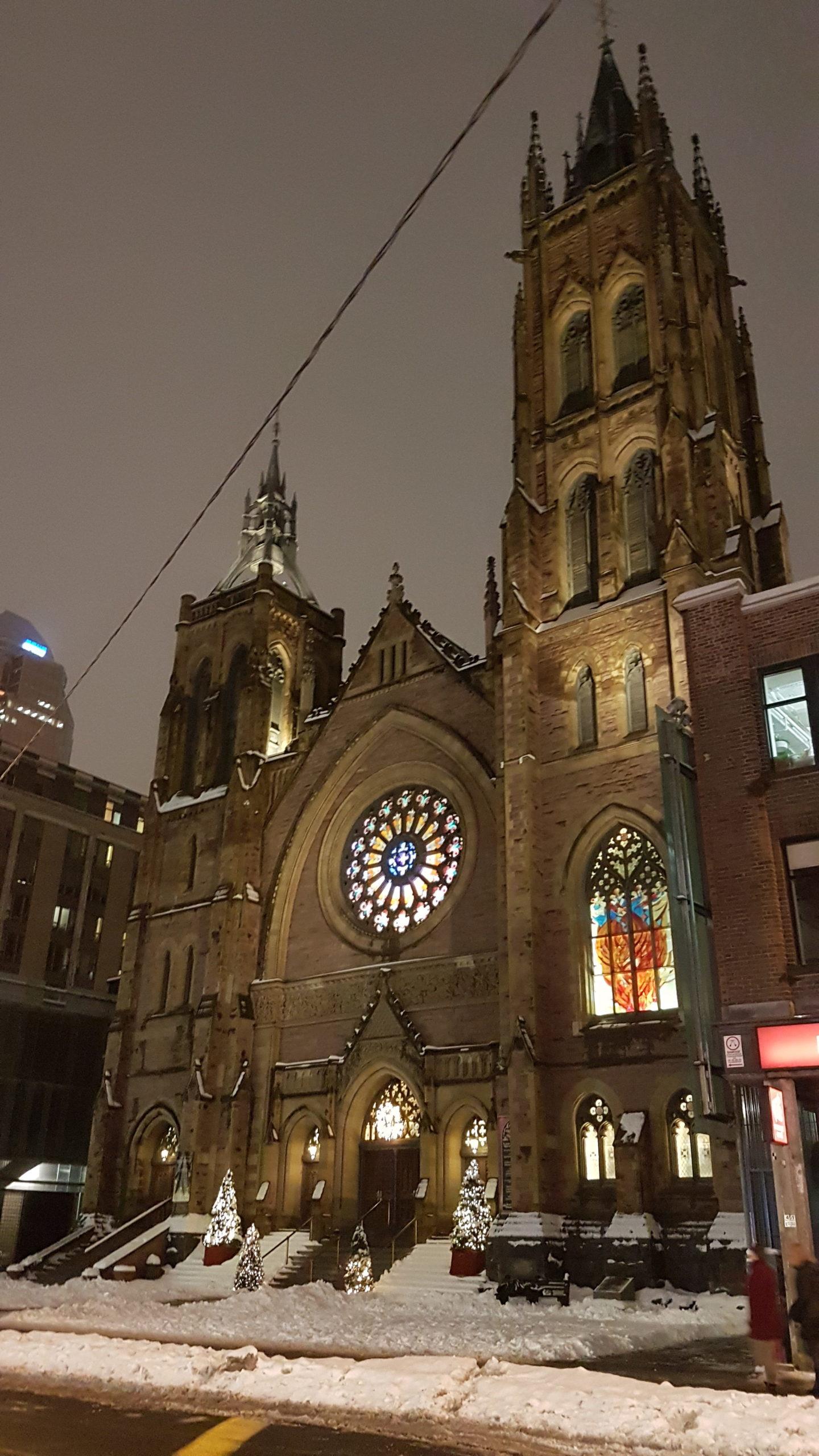 Une église dans Montréal lorsque le jour tombe.