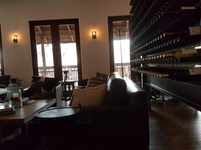 Wente winery Livermore Californie Le coin salon où l'on peut déguster les planches apéro.