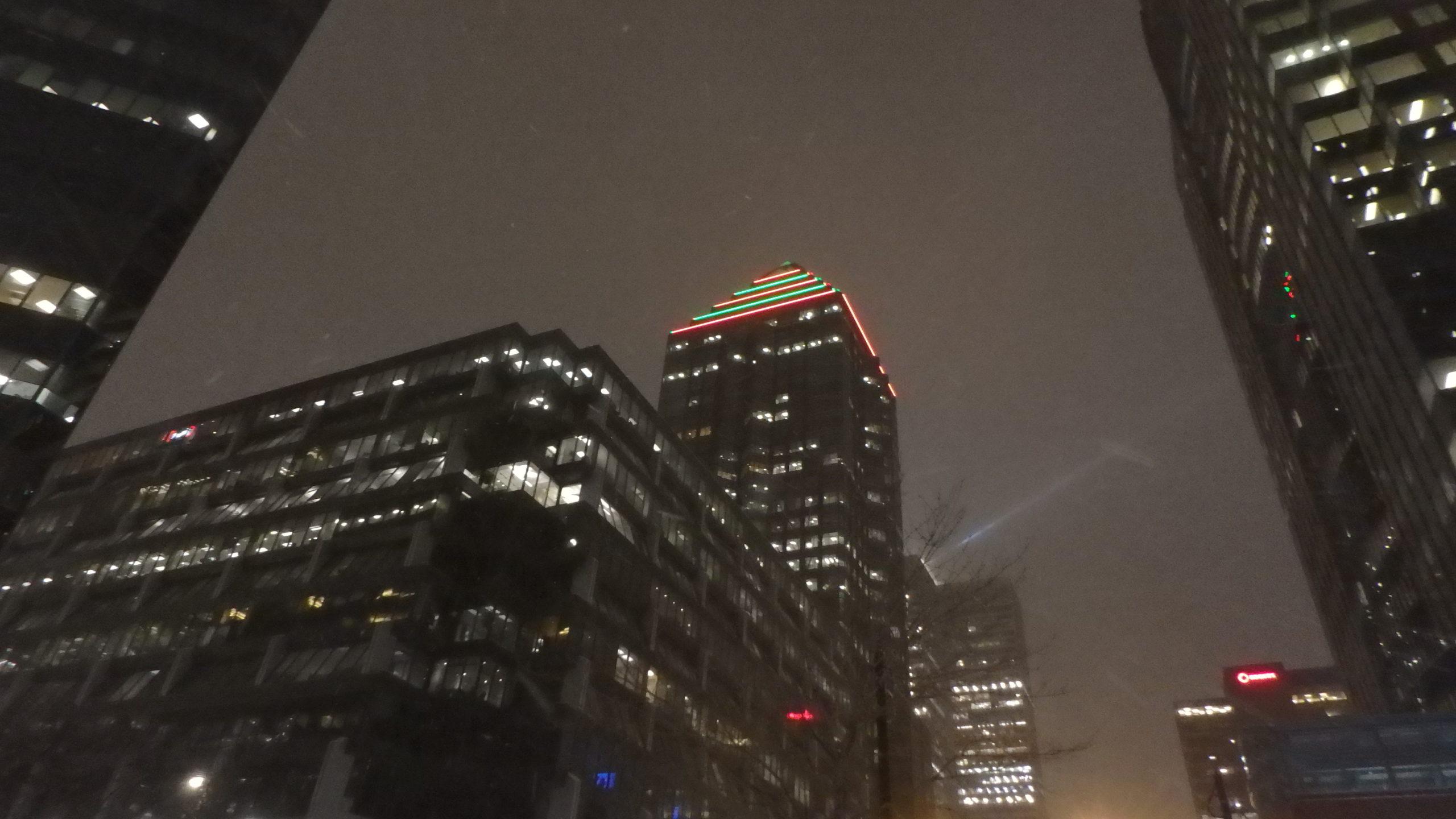 Montréal de nuit sous la neige, buildings.