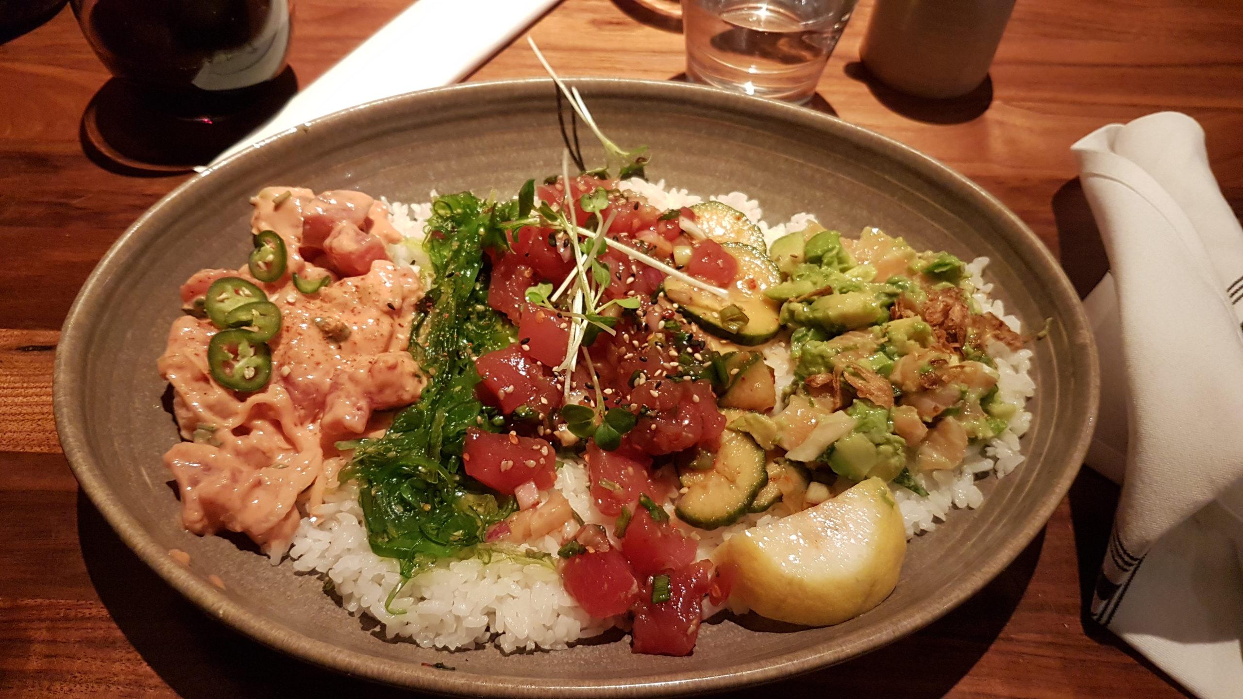 """POKE CHIRASHI = Un méga - poke . 3 en 1. Thon cru au milieu et deux sortes de saumon cru : piquant sur la gauche (on notera d'ailleurs la présence de ces satanés piments sur le dessus 😅) et saumon """"gentil"""" avec avocat sur la droite."""