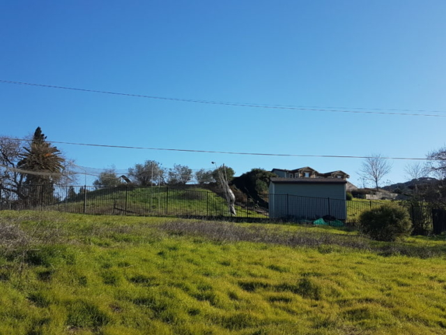Dans le jardin de cette grande maison (pour ne pas dire villa 😅), un filet pour s'entraîner au baseball.