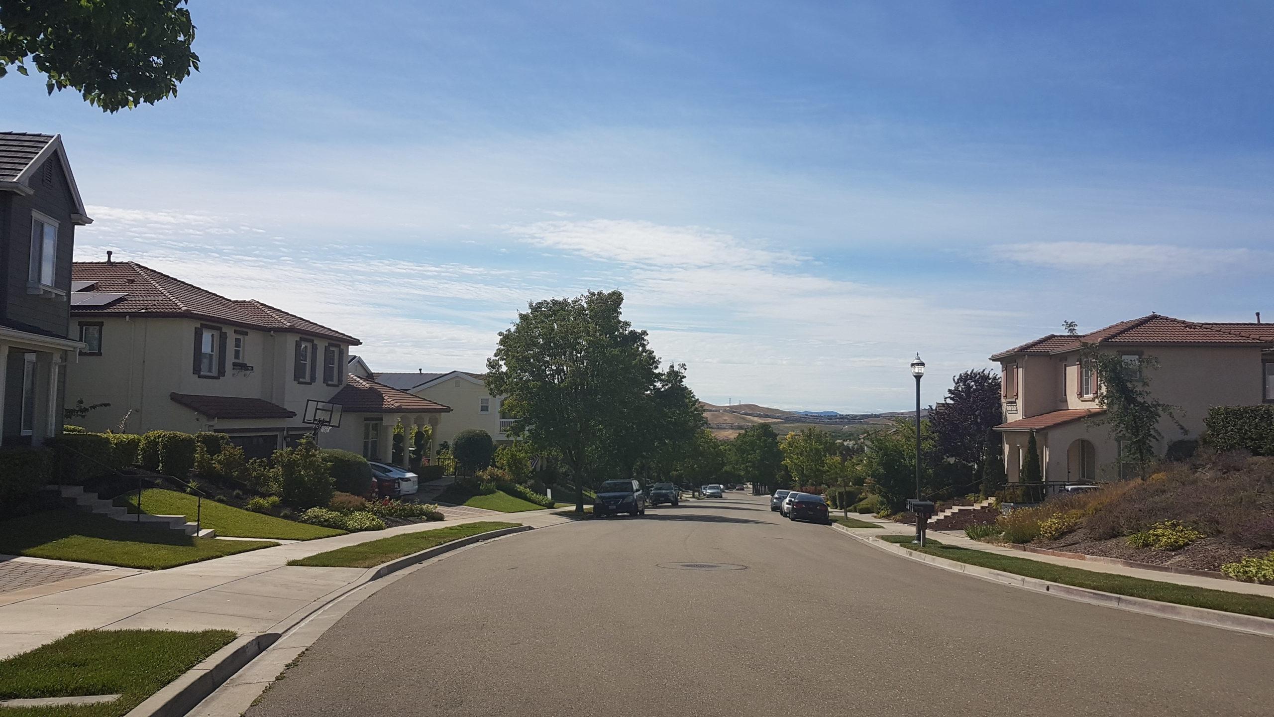 rue à san ramon Là c'était à San Ramon, à l'occasion de LA sortie à vélo (celle où j'ai délogé le campement d'araignées).)