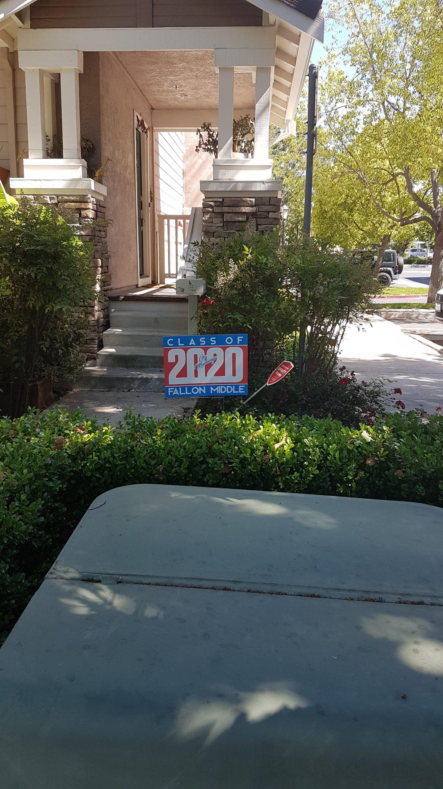 panneau graduation sur la pelouse d'une maison américaine