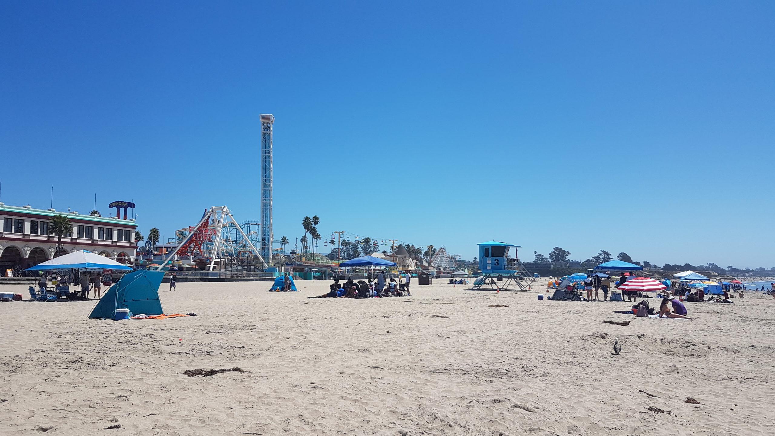Le parc d'attraction de santa cruz vu depuis la plage.